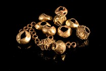 Hellenistic-Roman Gold Beads with different shapes and elements of jewellery, c. 3rd-1st century BC. 15 pieces, some bent.