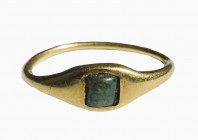 Roman gold finger ring with emerald