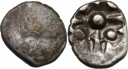 Celtic World. Celtic, Eastern Europe. AR Obol, Noricum, 2nd-1st century BC. D/ Blank. R/ Pellets on cross. Lanz 241-88. AR. g. 0.60 mm. 10.00 About EF...