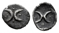 Calabria. Tarentum. Hemiobol. 325-280 a.C. (Vlasto-1780). Anv.: Two crescents in a row and four stars around. Rev.: Two crescents in a row and four st...
