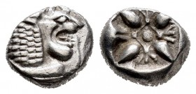 Ionia. Miletos. 1/12 stater. 550-525 a.C. (SNG Kayhan-462-75). (Sng Cop-948). Anv.: Forepart of lion on the right. Rev.: Floral design within a incuse...