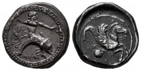 Calabria. Tarentum. Stater. 500-490 a.C. (Vlasto-126). (Bmc-44). (HNItaly-827). Anv.: Taras, naked, astride dolphin to right, holding a cuttle-fish in...