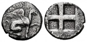 Ionia. Teos. Drachm. 540-478 BC. Hangon Magistrate. (Sng Cop-1443). Anv.: Griffin seated right, raising forepaw. Rev.: Quadripartite incuse square wit...