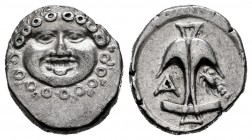 Thrace. Apollonia Pontika. Drachm. 400-380 BC. (Gc-1655). (Cy-1543). Anv.: Facing gorgoneion. Rev.: Anchor; A and crawfish flanking. Ag. 2,88 g. XF. E...